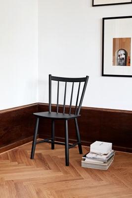 26- Chaise noire scandinave